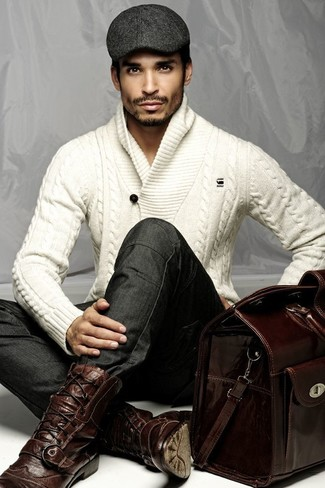 Comment porter: pull à col châle en tricot blanc, jean skinny gris foncé, bottes brogue en cuir bordeaux, grand sac en cuir bordeaux