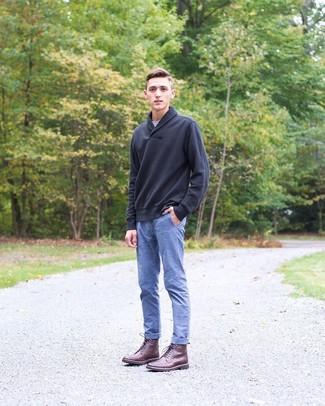 Comment porter: pull à col châle noir, t-shirt à col rond gris, pantalon chino en chambray bleu, bottes de loisirs en cuir bordeaux