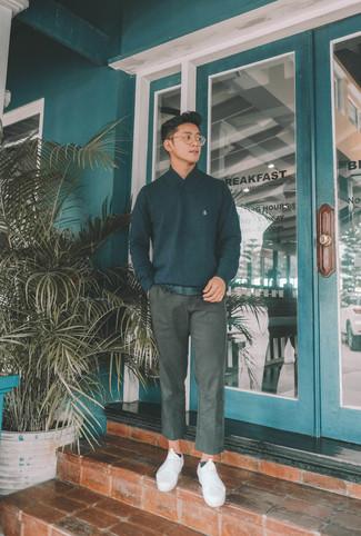 Comment porter: pull à col châle noir, t-shirt à col rond noir, pantalon chino gris foncé, baskets basses en toile blanches