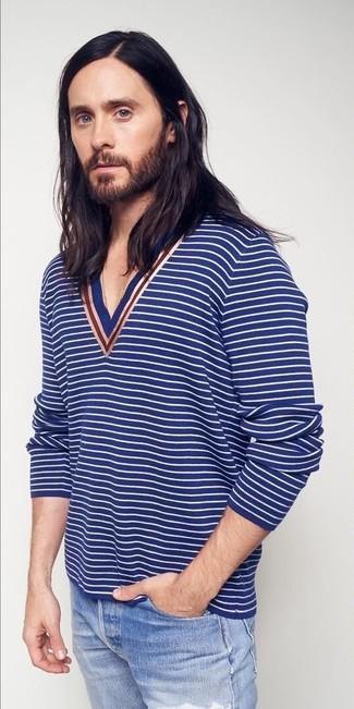 Comment porter: pull à col en v à rayures horizontales bleu, jean déchiré bleu clair