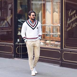 Comment porter: pull à col en v à motif zigzag blanc, chemise à manches longues en chambray bleue, pantalon chino beige, baskets basses blanches