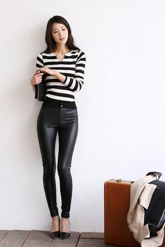Comment porter un pull à col en v blanc et bleu: Porte un pull à col en v blanc et bleu et un pantalon slim en cuir noir pour obtenir un look relax mais stylé. Une paire de des escarpins en cuir noirs est une option astucieux pour complèter cette tenue.