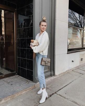 Comment porter un pull à col en v blanc et bleu quand il fait chaud: Marie un pull à col en v blanc et bleu avec un jean bleu clair pour une tenue raffinée mais idéale le week-end. Cette tenue est parfait avec une paire de des bottines en cuir blanches.