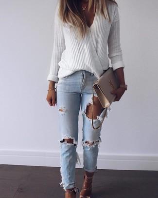 Comment porter: pull à col en v blanc, jean déchiré bleu clair, sandales à talons en cuir dorées, sac bandoulière en cuir beige