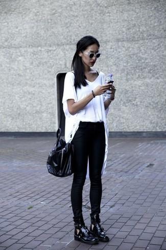 Comment porter: pull à col en v blanc, jean skinny noir, bottines en cuir découpées noires, grand sac en cuir noir