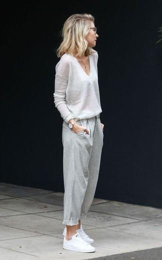 Comment porter: pull à col en v blanc, pantalon carotte gris, baskets basses blanches, montre dorée