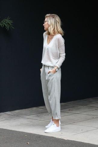 Comment porter: pull à col en v blanc, pantalon de jogging gris, tennis blancs, montre dorée