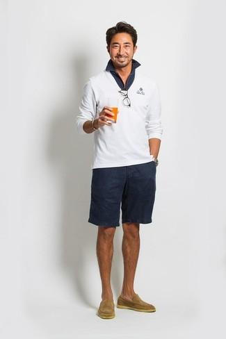 Comment porter: pull à col en v blanc, polo bleu marine, short bleu marine, slippers en daim marron clair