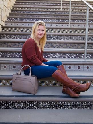 Comment porter: pull à col en v bordeaux, jean skinny bleu, bottes hauteur genou en cuir marron, sac fourre-tout en cuir gris
