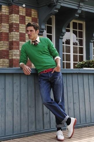Comment porter: pull à col en v vert, chemise à manches longues beige, jean bleu, chaussures derby en daim blanches
