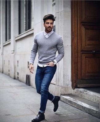 Comment porter un pull à col en v gris: Essaie de marier un pull à col en v gris avec un jean bleu marine pour une tenue idéale le week-end. Une paire de des bottines chukka en cuir noires est une option génial pour complèter cette tenue.