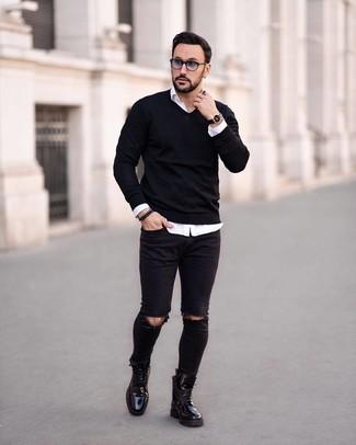 Comment porter un pull à col en v noir: Marie un pull à col en v noir avec un jean skinny déchiré noir pour une tenue relax mais stylée. Jouez la carte classique pour les chaussures et fais d'une paire de des bottes de loisirs en cuir noires ton choix de souliers.