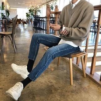 Comment porter des chaussettes noires: Essaie d'associer un pull à col en v marron avec des chaussettes noires pour un look confortable et décontracté. Complète ce look avec une paire de des chaussures de sport blanches.