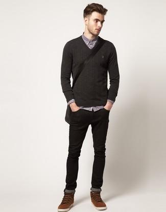 Pense à marier un pull à col en v gris foncé Maerz avec un jean skinny noir pour une tenue idéale le week-end. Transforme-toi en bête de mode et fais d'une paire de des bottes de loisirs en daim brunes ton choix de souliers.