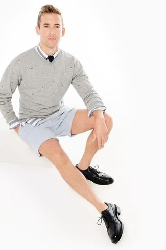 Ce combo d'un pull à col en v gris hommes Gant et d'un short en seersucker à rayures verticales bleu clair te permettra de garder un style propre et simple en dehors des horaires de bureau. Une paire de des chaussures brogues en cuir noires apportera une esthétique classique à l'ensemble.