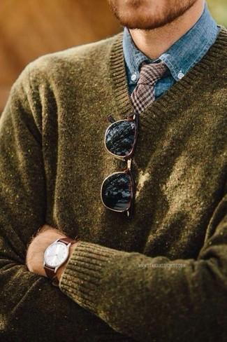 Comment porter: pull à col en v olive, chemise de ville en chambray bleue, cravate en laine en pied-de-poule marron, lunettes de soleil marron foncé