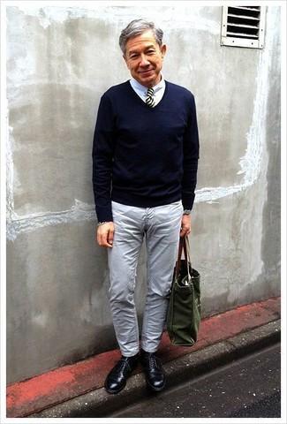 La polyvalence d'un pull à col en v bleu marine Gant et d'un jean gris en fait des pièces de valeur sûre. Habille ta tenue avec une paire de des chaussures derby en cuir noires.