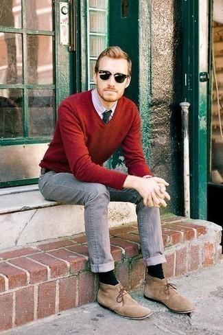 Comment porter une cravate vert foncé: Pense à marier un pull à col en v rouge avec une cravate vert foncé pour un look classique et élégant. D'une humeur créatrice? Assortis ta tenue avec une paire de des bottines chukka en daim marron clair.