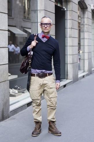 Comment porter: pull à col en v noir, chemise de ville en vichy violette, pantalon cargo beige, bottes de loisirs en cuir marron foncé