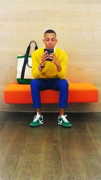 Pour une tenue de tous les jours pleine de caractère et de personnalité essaie d'associer un pull à col en v jaune hommes Maerz avec un pantalon chino bleu. Jouez la carte décontractée pour les chaussures et assortis cette tenue avec une paire de des chaussures de sport vertes.