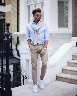 Comment porter: pull à col en v beige, chemise de ville bleu clair, pantalon chino beige, baskets basses en cuir blanches