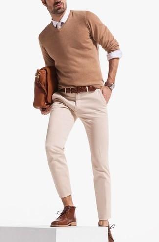 Une chemise de ville à porter avec un pantalon chino beige: Essaie d'harmoniser une chemise de ville avec un pantalon chino beige si tu recherches un look stylé et soigné. Si tu veux éviter un look trop formel, fais d'une paire de des bottines chukka en cuir marron ton choix de souliers.