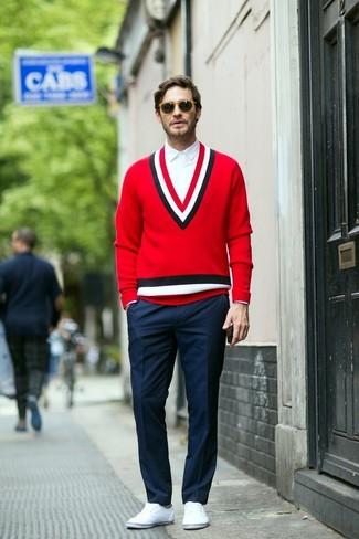 Comment porter: pull à col en v rouge, chemise de ville blanche, pantalon de costume bleu marine, tennis blancs