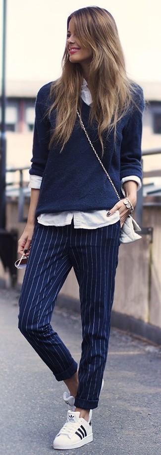 Comment porter: pull à col en v bleu marine, chemise de ville blanche, pantalon de costume à rayures verticales bleu marine, baskets basses blanches