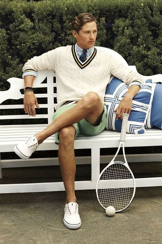 Comment porter: pull à col en v beige, chemise de ville bleu clair, short vert menthe, baskets basses en toile blanches