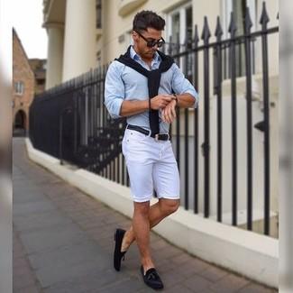 Harmonise un pull à col en v noir hommes avec un short blanc pour obtenir un look relax mais stylé. Jouez la carte classique pour les chaussures et assortis cette tenue avec une paire de des mocassins à pampilles en daim noirs.