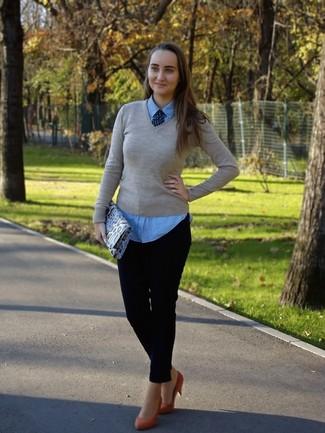 Comment porter: pull à col en v beige, chemise en jean bleu clair, pantalon slim bleu marine, escarpins en daim rouges
