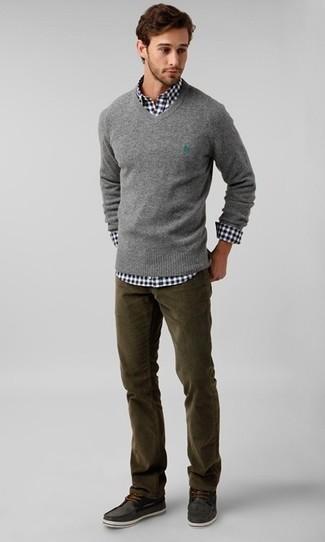 Comment porter: pull à col en v gris, chemise à manches longues en vichy noire et blanche, jean en velours côtelé olive, chaussures bateau en daim gris foncé