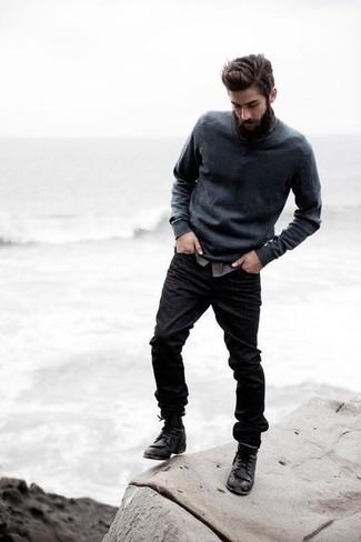Associe un pull à col en v gris foncé avec un jean noir pour une tenue confortable aussi composée avec goût. Une paire de des bottes de loisirs en cuir noires rendra élégant même le plus décontracté des looks.