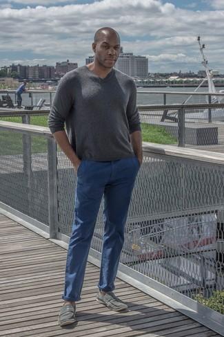 Associer un pull à col en v gris foncé hommes Maerz avec un pantalon chino bleu est une option confortable pour faire des courses en ville. Complète ce look avec une paire de des baskets à enfiler grises.