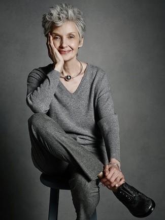 Comment porter: pull à col en v gris, pantalon de costume en laine gris foncé, chaussures richelieu en cuir noires, collier gris