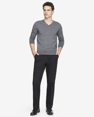 Quelque chose d'aussi simple que d'opter pour un pull à col en v gris et un pantalon de costume noir peut te démarquer de la foule. Une paire de des bottines chukka en cuir noires apportera un joli contraste avec le reste du look.