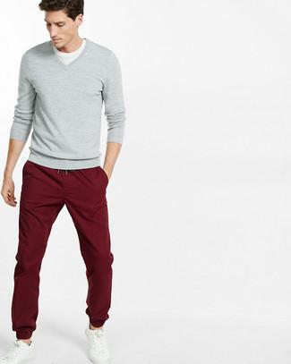 Comment porter: pull à col en v gris, t-shirt à col rond blanc, pantalon chino bordeaux, baskets basses en cuir blanches
