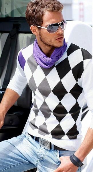 Comment porter: pull à col en v à losanges blanc et noir, jean bleu clair, ceinture en cuir noire, écharpe violette