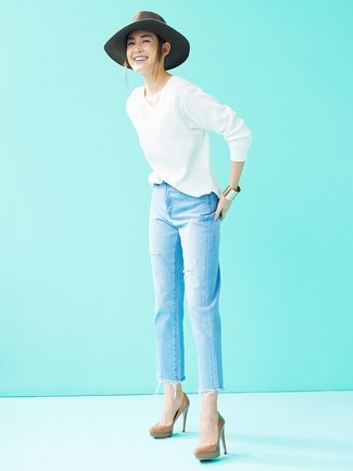 Comment porter: pull à col en v blanc, jean déchiré bleu clair, escarpins en cuir marron, chapeau en laine gris