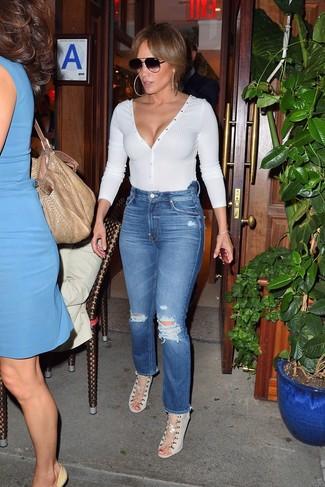 Comment porter: pull à col en v blanc, jean déchiré bleu, sandales à talons en toile beiges, lunettes de soleil noires