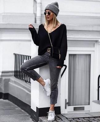Comment porter une ceinture en daim noire: Garde une tenue relax avec un pull à col en v noir et une ceinture en daim noire. Apportez une touche d'élégance à votre tenue avec une paire de des baskets basses blanches.