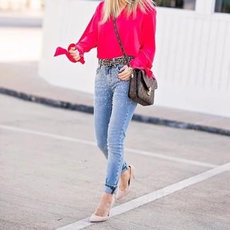 Comment porter: pull à col en v fuchsia, jean skinny à clous bleu clair, escarpins en daim roses, sac bandoulière en cuir imprimé marron foncé