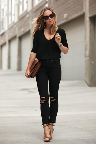 Comment porter: pull à col en v noir, jean skinny déchiré noir, sandales à talons en cuir marron, pochette en cuir marron