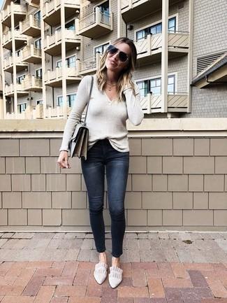 Comment porter: pull à col en v beige, jean skinny déchiré noir, slippers en daim beiges, sac bandoulière en cuir gris