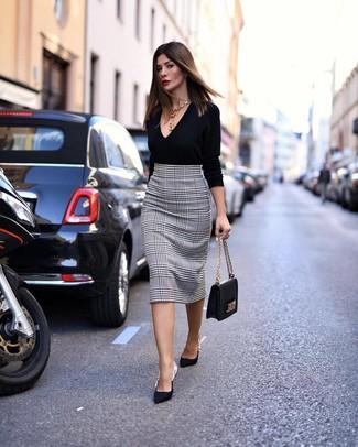 Comment porter: pull à col en v noir, jupe crayon en pied-de-poule blanche et noire, escarpins en satin noirs, cartable en cuir noir