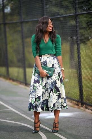 Comment porter: pull à col en v vert, jupe évasée à fleurs bleu marine, escarpins en cuir vert foncé, pochette en cuir verte