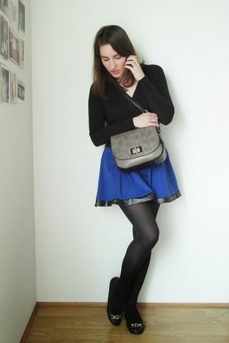 Comment porter: pull à col en v noir, jupe patineuse bleue, ballerines en cuir noires, cartable en cuir gris
