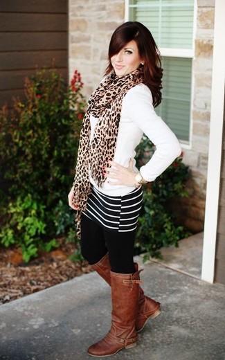 Comment porter: pull à col en v blanc, minijupe à rayures horizontales noire et blanche, bottes hauteur genou en cuir marron, écharpe imprimée léopard marron clair
