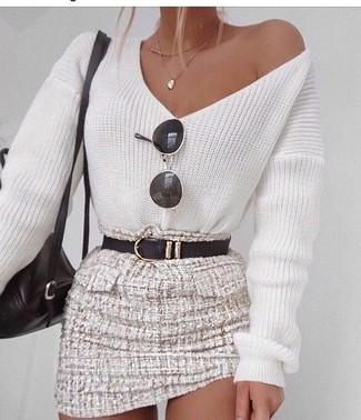 Comment porter un pull à col en v blanc et bleu quand il fait chaud: Porte un pull à col en v blanc et bleu et une minijupe en tweed beige pour une tenue confortable aussi composée avec goût.