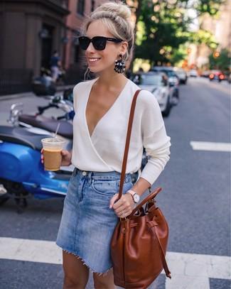 Comment porter: pull à col en v beige, minijupe en denim bleue, sac à dos en cuir tabac, lunettes de soleil noires